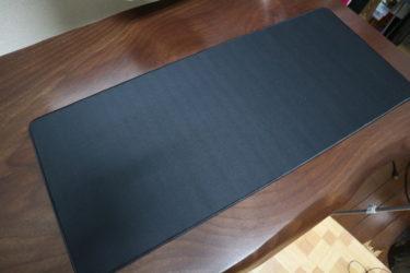 マウスやキーボードを置くのに便利。ダイソーのデスクパッド
