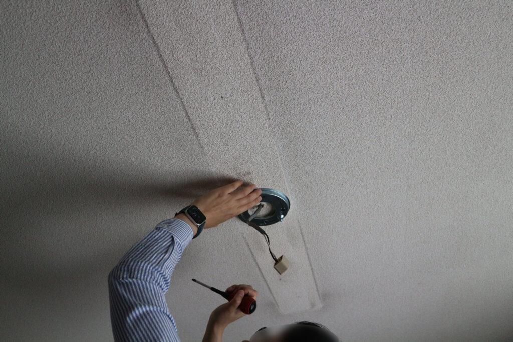 取付金具を天井に付ける