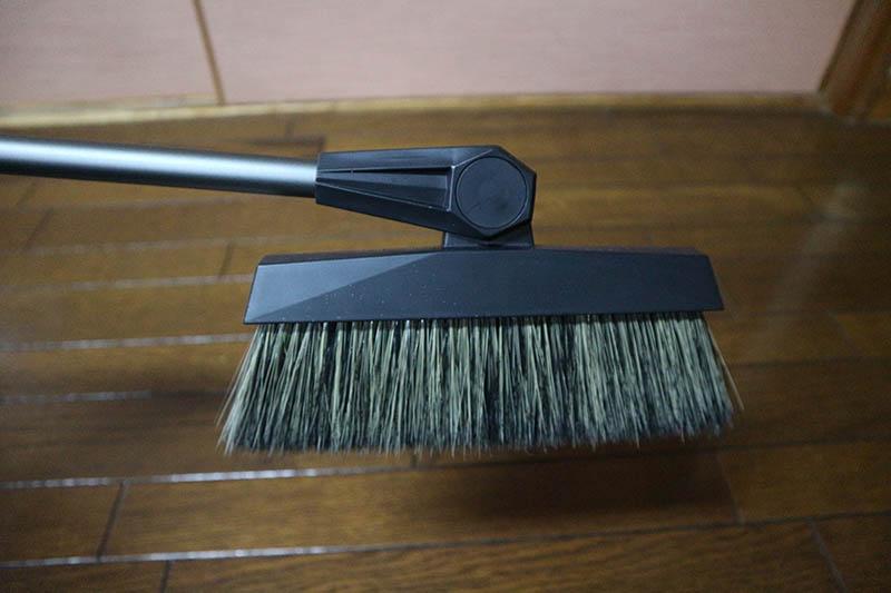 ブラシ部分が曲がるのでソファの下なども清掃できる