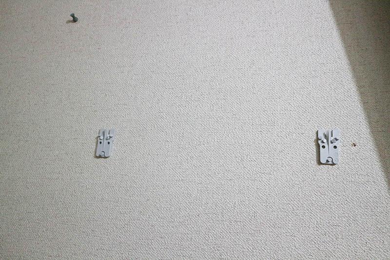 壁に専用フックを設置
