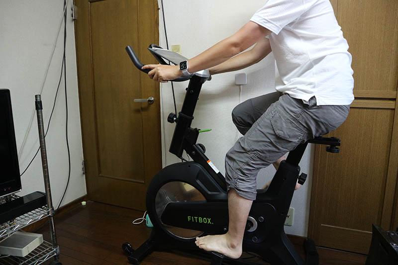 室内自転車を漕ぐ
