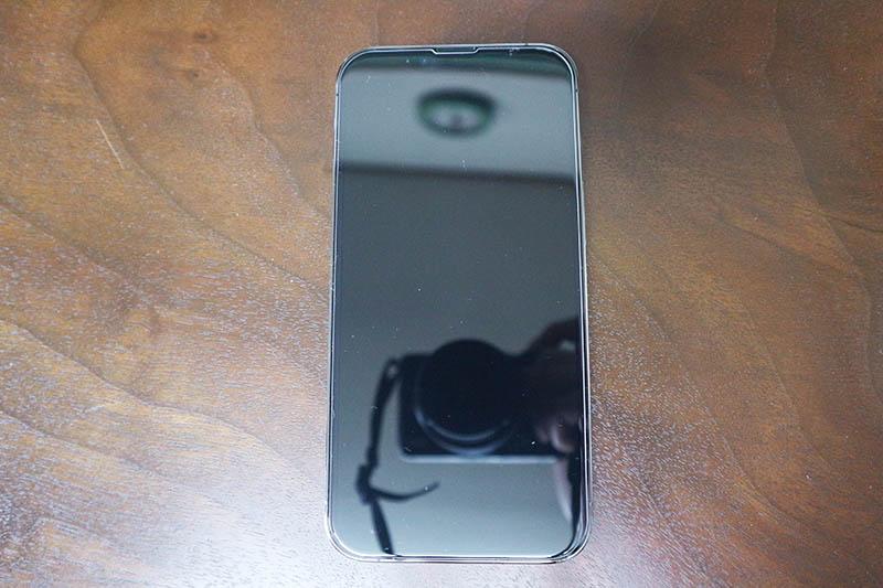 iPhone本体の縁まで適度なスペースがあるのでスマホケースと干渉しづらい